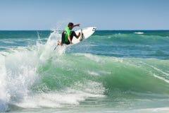 Entrenamiento de la persona que practica surf antes de la competición fotos de archivo