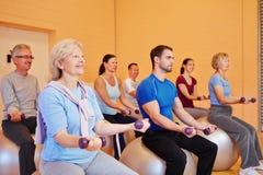 Entrenamiento de la pesa de gimnasia en club de salud Imagenes de archivo