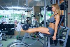 Entrenamiento de la pierna en el gimnasio Imagen de archivo