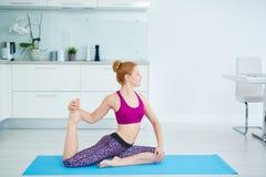 Entrenamiento de la yoga del En-hogar imagenes de archivo