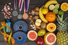 Entrenamiento de los deportes y una dieta sana Nutrición sana para los atletas Logros que se divierten fotografía de archivo