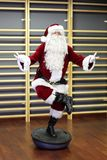 Entrenamiento de Santa Claus Fitness en hemisferio del stablity Foto de archivo