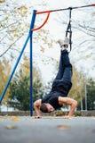 Entrenamiento de Trx Instructor del hombre en el parque que hace Excersise Entrenamiento de la aptitud Fotografía de archivo libre de regalías