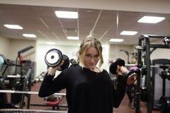 Entrenamiento del adolescente con pesas de gimnasia Fotografía de archivo