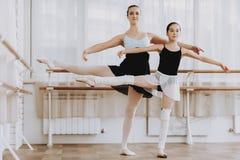 Entrenamiento del ballet de la niña con el profesor Indoor fotografía de archivo libre de regalías