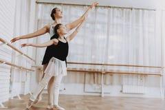 Entrenamiento del ballet de la niña con el profesor Indoor imagen de archivo