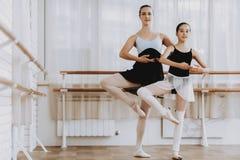 Entrenamiento del ballet de la niña con el profesor Indoor foto de archivo