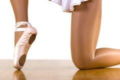 Entrenamiento del ballet en una rodilla Fotos de archivo libres de regalías