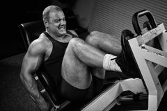 Entrenamiento del Bodybuilder en gimnasia Imagenes de archivo