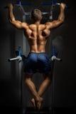 Entrenamiento del Bodybuilder en oscuridad Fotografía de archivo