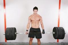 Entrenamiento del Bodybuilder en un gimnasio Imagenes de archivo