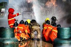 Entrenamiento del bombero, el fightin del fuego de la formación anual de los empleados foto de archivo libre de regalías
