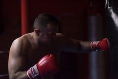 Entrenamiento del boxeador del retroceso en un saco de arena Imagen de archivo libre de regalías