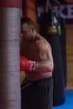 Entrenamiento del boxeador del retroceso en un saco de arena Fotografía de archivo libre de regalías