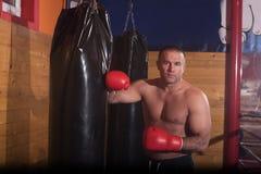 Entrenamiento del boxeador del retroceso en un saco de arena Fotografía de archivo