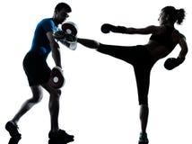 Entrenamiento del boxeo de la mujer del hombre Fotografía de archivo libre de regalías