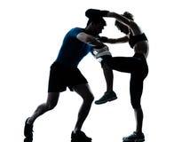 Entrenamiento del boxeo de la mujer del hombre Foto de archivo libre de regalías