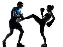 Entrenamiento del boxeo de la mujer del hombre Fotos de archivo