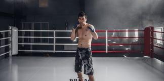 Entrenamiento del boxeo del hombre joven en el anillo Fotos de archivo