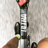 Entrenamiento del ciclista del camino durante la lluvia Foto de archivo libre de regalías