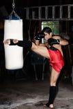Entrenamiento del combatiente en garage. imagenes de archivo