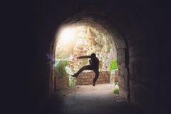 Entrenamiento del combatiente en un túnel oscuro foto de archivo