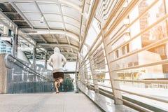 Entrenamiento del corredor y entrenamiento el hacer que activan que ejercita el poder que corre al aire libre en ciudad Fotos de archivo
