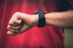 Entrenamiento del corredor y usar el reloj elegante del monitor del ritmo cardíaco Fotografía de archivo