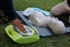 Entrenamiento del CPR y del AED para el rescate y los primeros auxilios Fotos de archivo