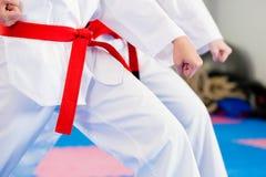 Entrenamiento del deporte de los artes marciales en gimnasia Imágenes de archivo libres de regalías