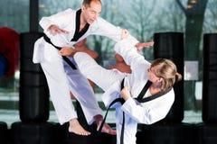 Entrenamiento del deporte de los artes marciales en gimnasia Foto de archivo libre de regalías