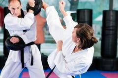 Entrenamiento del deporte de los artes marciales en gimnasia Foto de archivo