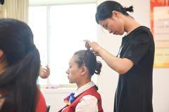 Entrenamiento del diseñar-maquillaje del pelo Fotografía de archivo