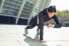 Entrenamiento del ejercicio activo de la mujer joven en la calle al aire libre Fotografía de archivo