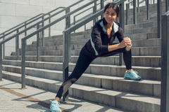 Entrenamiento del ejercicio activo de la mujer joven en la calle al aire libre Fotografía de archivo libre de regalías