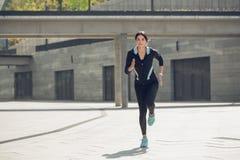 Entrenamiento del ejercicio activo de la mujer joven en la calle al aire libre Imagen de archivo libre de regalías