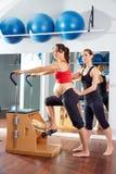 Entrenamiento del ejercicio de los pilates de la mujer embarazada en el gimnasio Imagenes de archivo