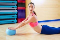 Entrenamiento del ejercicio del cisne de la bola de la estabilidad de la mujer de Pilates Imagenes de archivo