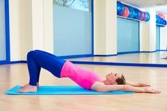 Entrenamiento del ejercicio del puente del hombro de la mujer de Pilates Imágenes de archivo libres de regalías