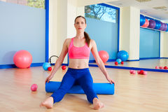 Entrenamiento del ejercicio del rodillo de la mujer de Pilates en el gimnasio Foto de archivo libre de regalías