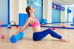 Entrenamiento del ejercicio del rodillo de la mujer de Pilates en el gimnasio Imagen de archivo libre de regalías