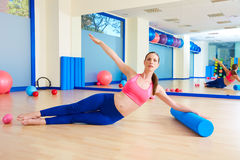 Entrenamiento del ejercicio del rodillo de la mujer de Pilates en el gimnasio Fotografía de archivo libre de regalías