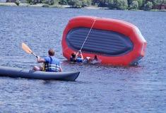 Entrenamiento del equipo en el agua en una situación extrema fotografía de archivo libre de regalías