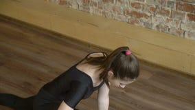 Entrenamiento del estiramiento de la flexibilidad del gimnasta de la aptitud del deporte metrajes