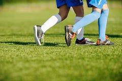 Entrenamiento del fútbol de la juventud en campo de deportes Fotografía de archivo