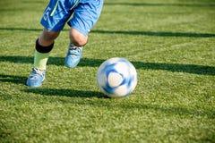 Entrenamiento del fútbol de la juventud en campo de deportes Imagenes de archivo