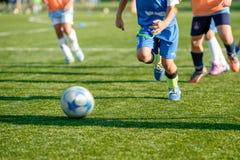 Entrenamiento del fútbol de la juventud en campo de deportes Foto de archivo libre de regalías