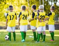 Entrenamiento del fútbol del fútbol de la juventud Muchachos jovenes que entrenan a fútbol en echada de los deportes Foto de archivo libre de regalías