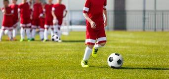 Entrenamiento del fútbol del fútbol para los niños Entrenamiento de la academia del fútbol de la juventud Imagen de archivo libre de regalías