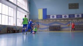 Entrenamiento del fútbol, equipo de deporte de los jugadores de fútbol de las adolescencias que gotean la bola para anotar meta e almacen de metraje de vídeo